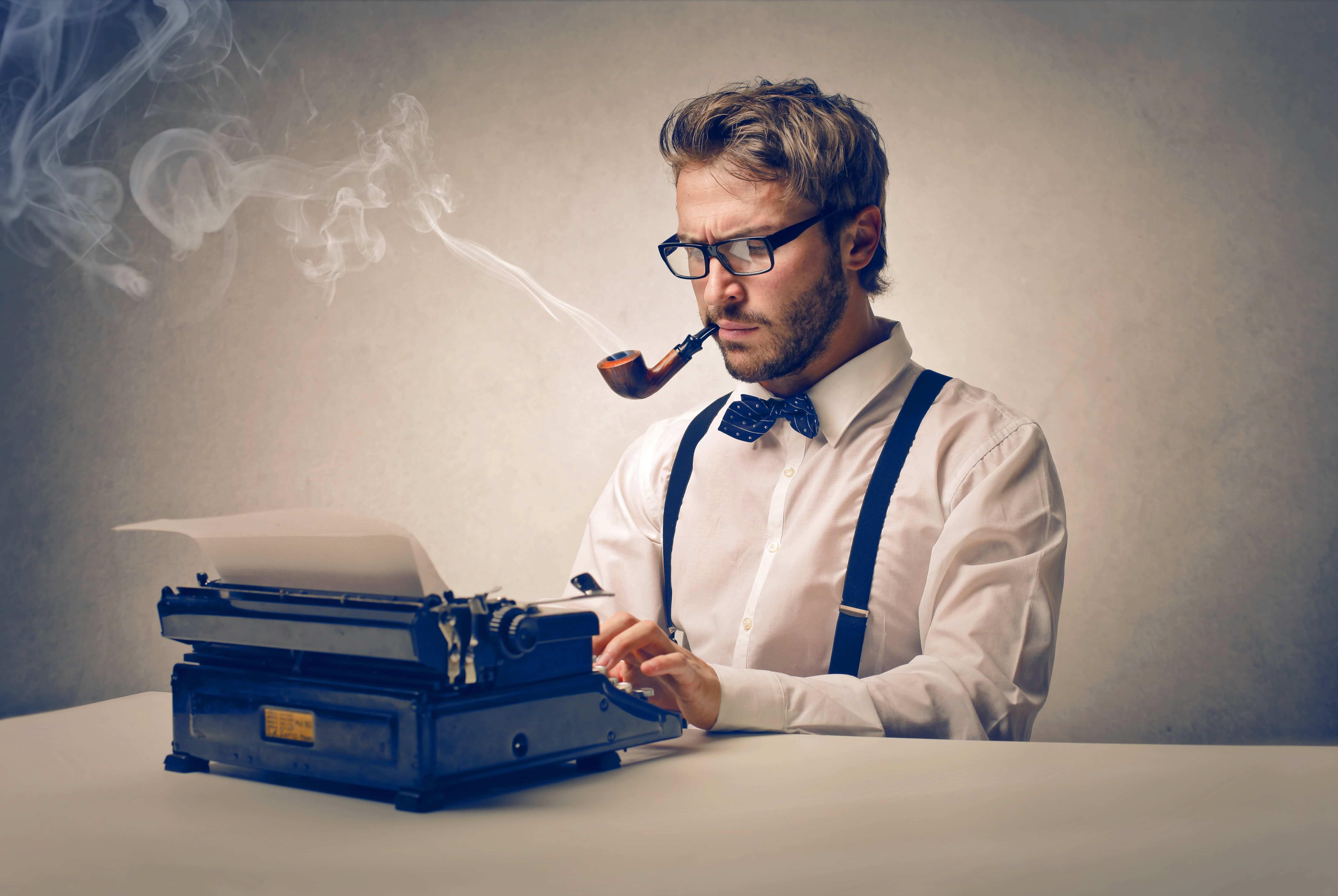 Rédacteur écrivant un article pour promouvoir ses produis